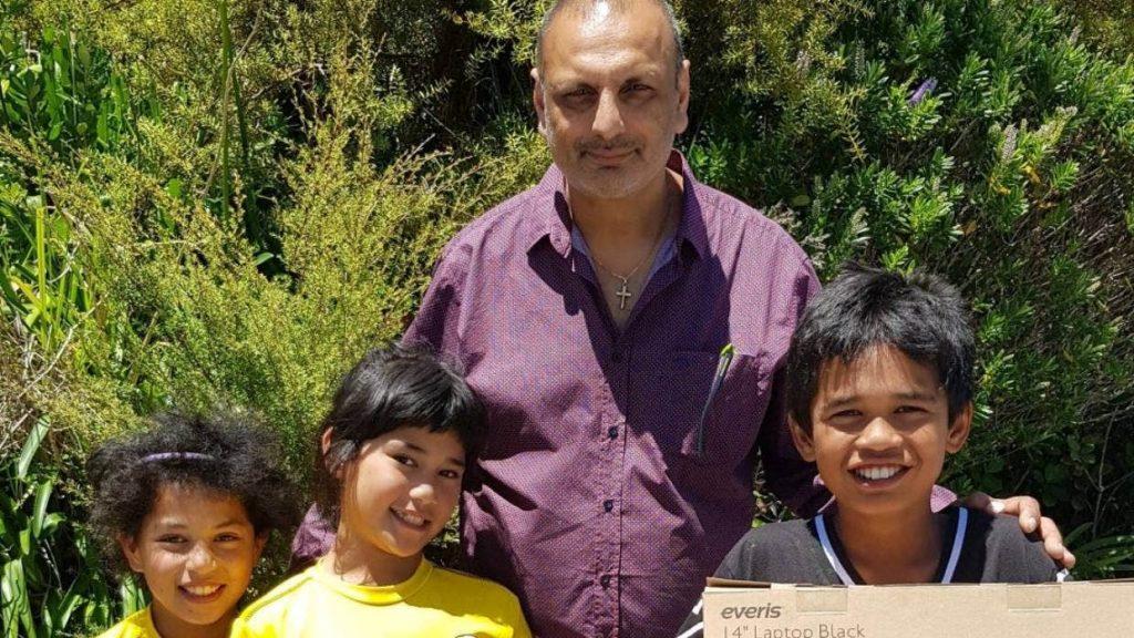 Sid Patel with Kāwhia School students Te Raukura Marshall, Ngarongoa Marshall and Ty'Rece Marshall.