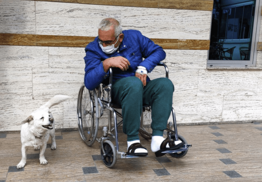 A faithful and loving doggie spent five days waiting in front of the hospital where her sick owner was receiving treatment.