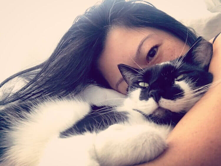 Taylor Le and her cat Muji.